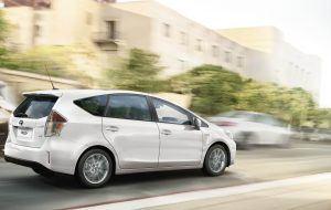Toyota Prius plus circulando por Lugo