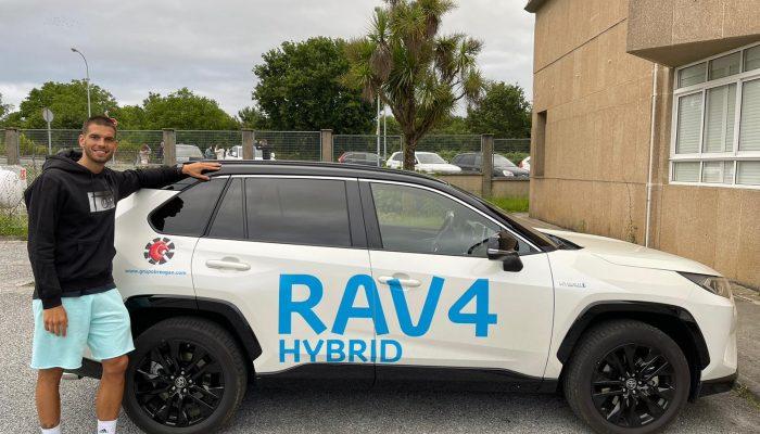 Alex Llorca junto al Toyota Rav4