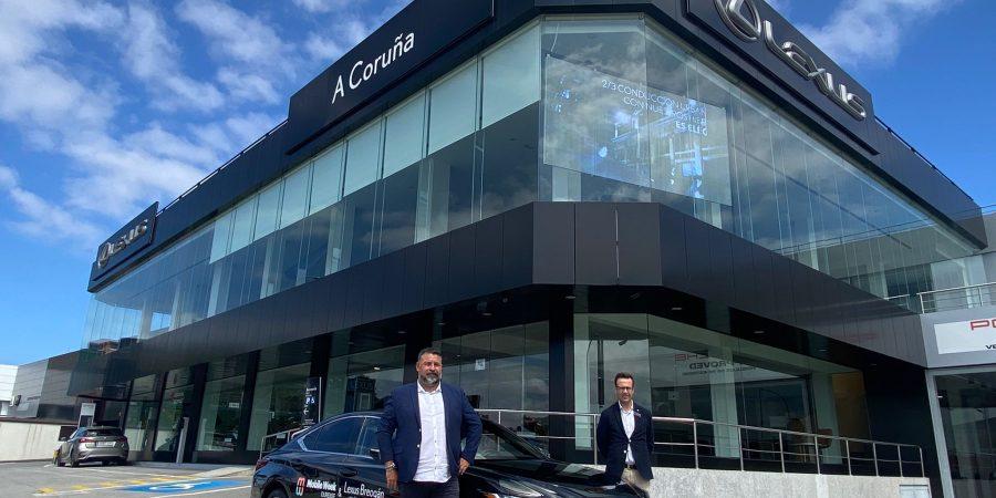Rafael Míguez hace entrega del Lexus ES 300h a Juan Carlos Piñeiro