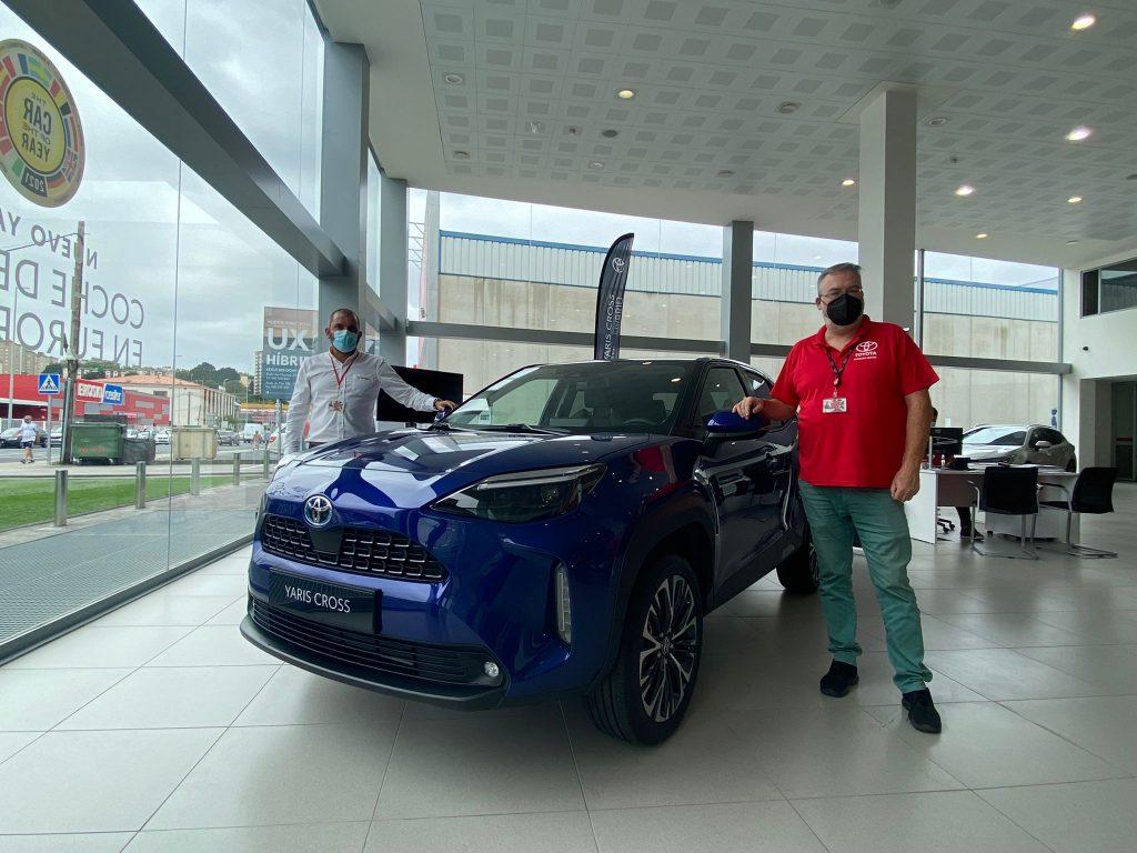 Asesores comerciales de Breogán Motor Narón con el nuevo Yaris Cross