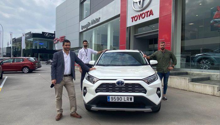 Carlos Arévalo con Jesús Somorrostro , director comercial de Toyota Breogán Motor y Pablo Conde, director comercial de Grupo Breogán