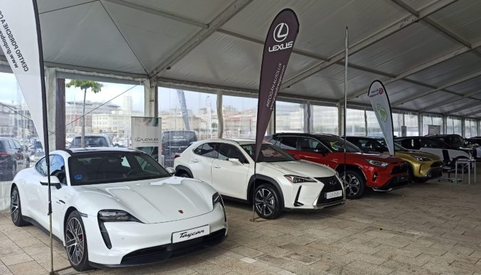 Coches híbridos y eléctricos Porsche, Lexus y Toyota de Grupo Breogán en el V EcoRallye de A Coruña en la Marina